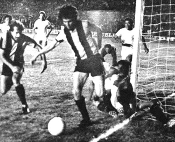 Este fue el duelo más importante de la 'U' en la Libertadores 1975: cuando le ganó 0-1 a Peñarol en el mítico Centenario (Recorte: revista Ovación)