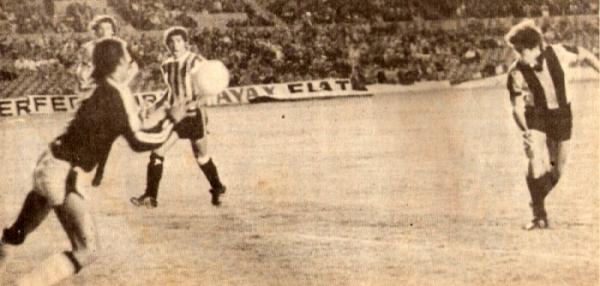 Preciso instante en que Fernando Morena convierte en pórtico de Unión Huaral y extiende la goleada de Peñarol en el Centenario. Esa fue la primera vez que un equipo peruano cayó por 5-2 en una competencia de la Conmebol (Recorte: revista Ovación)