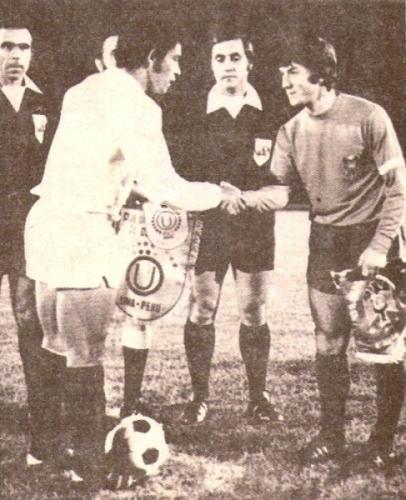 Héctor Chumpitaz, como capitán de la 'U', ofrece el saludo hacia su par de la Unión Española en el encuentro que cerró la participación crema en la Libertadores del '75 (Recorte: revista Ovación)
