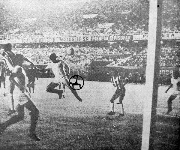 Golpe de cabeza de 'Cachito' para marcar el segundo gol de su triplete a Montevideo Wanderers en Lima (Recorte: diario El Comercio)