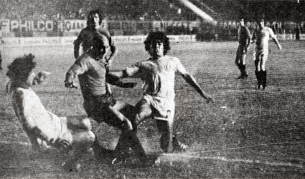 Juan José Oré, una de las emergentes figuras de la 'U' en 1975, podría haber actuado en una liga de mayor orden en el 'Viejo Continente' si es que los cremas habrían ganado la Libertadores de ese año (Recorte: revista Ovación)