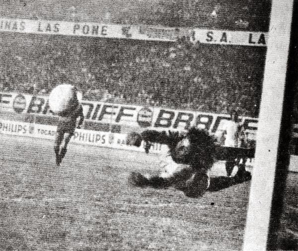 El arquero Leopoldo Vallejos en espectacular intervención ante la 'U'. En una de esas atajadas desvió un tiro libre que tenía destino de gol y que pudo depositar a los cremas en la final continental de 1975 (Recorte: revista Ovación)