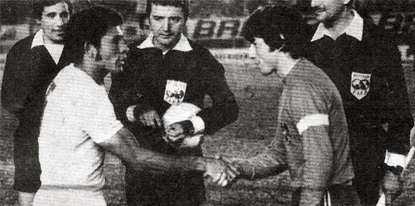 Los capitanes Chumpitaz y Machuca se saludan previo al decisivo duelo entre Universitario y Unión Española por las semifinales de la Libertadores 1975 (Recorte: revista Ovación)