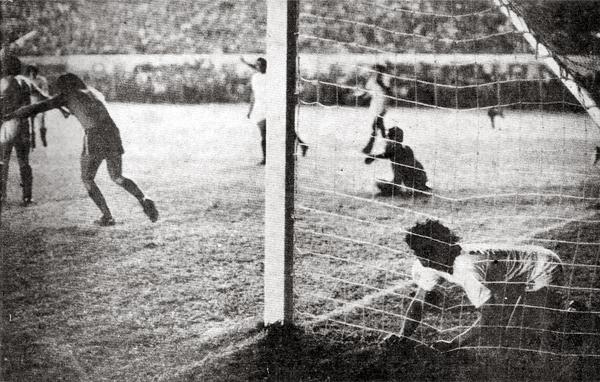 Alejandro Trujillo ya anotó y 'Papelito' Cáceres lo sufre. Con ese gol, Unión Española impidió que Universitario juegue la final de la Libertadores 1975 (Recorte: revista Ovación)