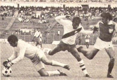 Independiente Santa Fe frente a Alfonso Ugarte en Bogotá, en uno de los partidos más recordados de la campaña puneña en la Libertadores 1976: fue empate 2-2 (Recorte: revista Ovación)