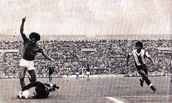 Quien aparece en acción es Roberto Batata , que busca el balón que José Gonzales Ganoza pudo controlar a tiempo para evitar el gol brasileño. Este sería el último partido del atacante de Cruzeiro, ya que un día después, de regreso en Brasil, falleció en un accidente (Recorte: revista Ovación)