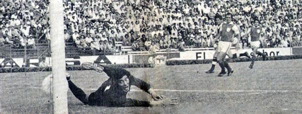 Aunque ningún equipo peruano se pueda jactar de haber ganado el máximo trofeo continental de clubes, Alianza puede sacar pecho por ostentar el gol más rápido en la historia de la Copa Libertadores. Aquí, la imagen del tanto conseguido por Félix Suárez en 1976 ante un sorprendido meta colombiano (Recorte: revista Ovación)
