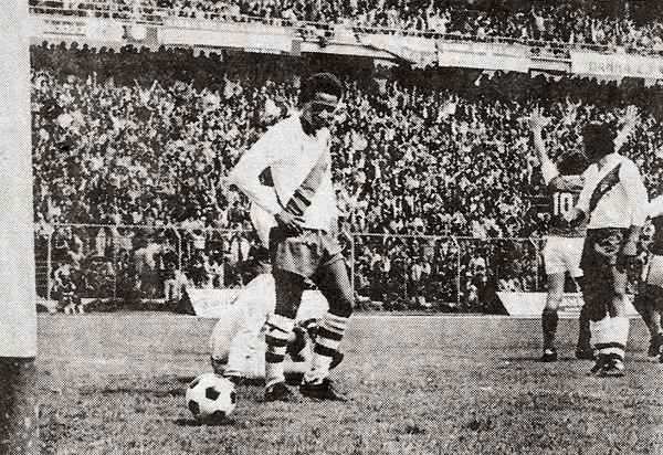 Alfonso Ugarte prácticamente no tuvo preparación para su debut en la Libertadores 1976. Aún así, se dio maña para amargarle la fiesta a Independiente Santa Fe (Recorte: revista Ovación)