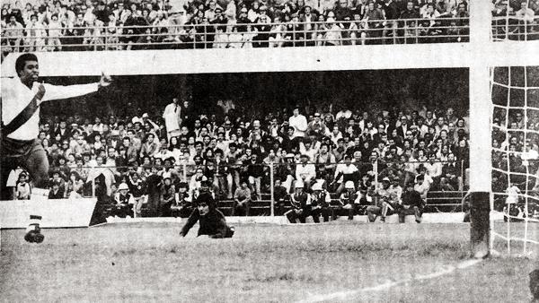 Alfonso Ugarte se presentó en Bogotá ante Independiente Santa Fe y recibió dos golpes que aparentaron condicionar su performance. Sin embargo, luego se recuperó (Recorte: revista Ovación)