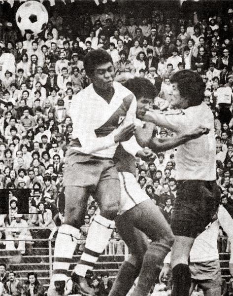 Pese a que no anotó en el 2-2 ante Santa Fe por la Libertadores 1976, José Leyva fue el jugador más complicado de frenar en Alfonso Ugarte (Recorte: revista Ovación)