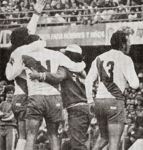 Aquel recordado partido de Alfonso Ugarte es el más impirtante en su historia, aunque no le elcanzó para avanzar a la siguiente fase de la Libertadores 1976 (Recorte: revista Ovación)