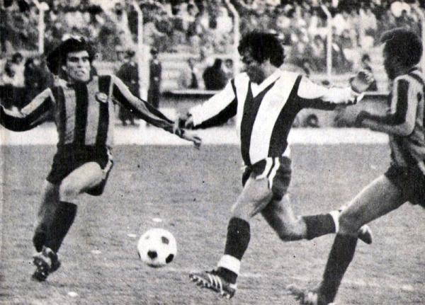Entre la marca de los bolivianos Iriondo y Concha, Hugo Sotil remata al arco de Sergio Galarza. Fue la tarde del triunfo 1-2 de Alianza sobre The Strongest en 1978 (Recorte: revista Ovación)