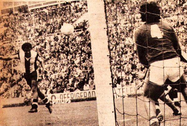 El 'Nene' Teófilo Cubillas conecta de cabeza el balón frente al arquero Roberto Fernández la vez que Alianza goleó a Cerro Porteño (Recorte: revista Ovación)