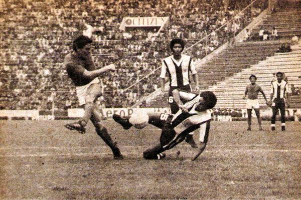 Una acción de la goleada que Cerro Porteño recibió a manos de Alianza Lima en la Libertadores de 1978 (Recorte: revista Ovación)