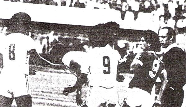 Toninho acaba de trenzarse con Cuéllar. El juez Cardellino expulsaría a ambos jugadores (Recorte: diario La Crónica)