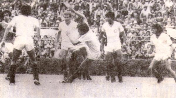 La zaga de la 'U' de 1979 en acción ante Palmeiras: Adriazola, Cuéllar, Gastulo y Aguilar (Recorte: revista Ovación)