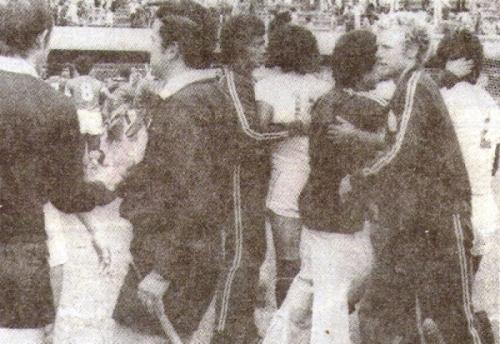 Festejo crema, entre titulares y suplentes -entre ellos el 'Gringo' Kulisic- al final del partido (Recorte: revista Ovación)