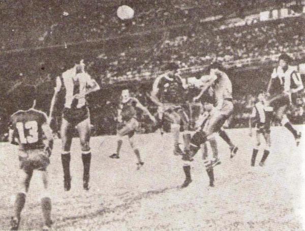 Escenas del América de Cali 2 - Alianza Lima 0, por la Libertadores 1983. Aquella derrota significó la segunda consecutiva de un equipo peruano en suelo cafetero y en menos de una semana (Recorte: revista Ovación)