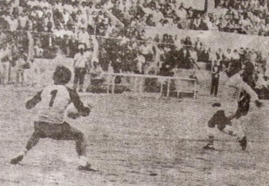 Eloy Ortiz le anota a Humberto Valdettaro en el Melgar 2 - Cristal 0 de la Copa Libertadores de 1984 (Recorte: revista Ovación)