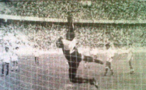 El arquero Ramírez de UTC vuela ante una incursión de Bolivar. La escena corresponde al partido que se jugó en La Paz y que terminó con triunfo 2-1 para el local en la Libertadores 1986 (Recorte: diario La Crónica)