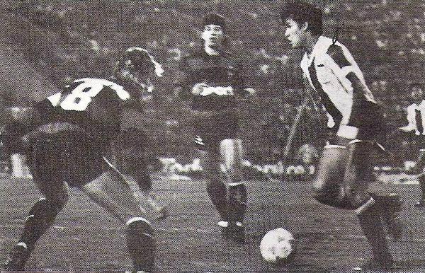 Juan Reynoso busca espacio para salir jugando ante la marca de dos brasileños del Sport Recife. El caer en casa por la Libertadores de 1988 cayó muy mal entre los hinchas en Matute (Recorte: revista Todo Fútbol)