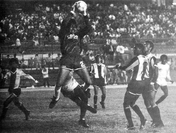 El chileno José Letelier atrapa el balón ante una carga de Andrés 'Balán' Gonzales mientras a un lado contemplan la acción Manuel Earl y Wilmar Valencia (Recorte: revista Todo Fútbol)