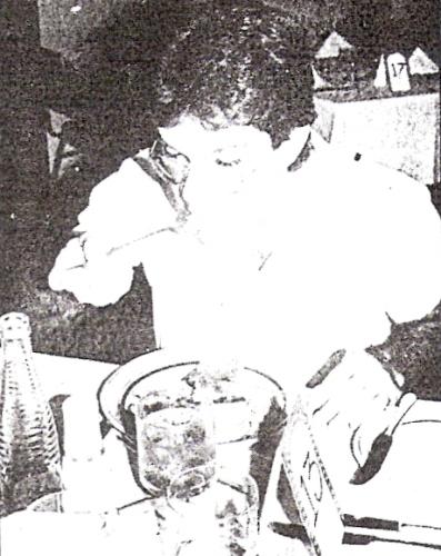 Amaral: desde siempre, todo un personaje, acá degustando un platillo criollo (Recorte: diario La Crónica)