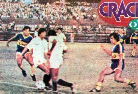 Alfonso Yáñez en acción la noche que anotó el tanto del último 1-0 que la la 'U' había conseguido contra un club argentino: ante Boca en 1989 hace casi exactamente 20 años (Recorte: diario Ojo, suplemento Crack)