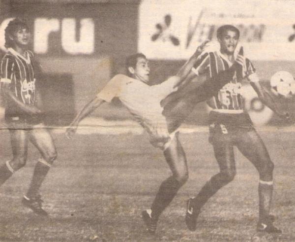 Juvenal Briceño disputa el balón con el brasileño Gil durante el Universitario 1 - Bahía 1 de 1989 (Recorte: diario El Comercio, suplemento Deporte Total)