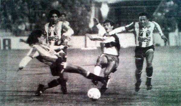 Frank Ruiz y el 'Toronjo' Paredes van a la carga de un jugador local. El encuentro fue muy reñido en los primeros instantes (Recorte: diario El Comercio / suplemento Deporte Total)