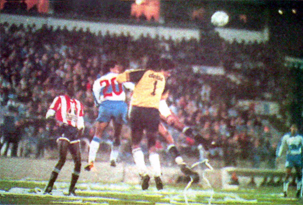Dario Herrera defiende con toda su humanidad la intervención de los atacantes chilenos. Al 'Chacal' le convirtieron los dos goles vía sendos penales (Recorte: diario El Comercio / suplemento Deporte Total)