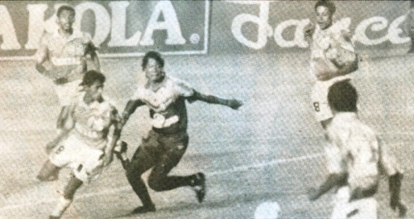 VAMOS 'CHORRI'. En la imagen, Roberto Palacios se saca con facilidad la marca de un mediocampista norteño. El 'Chorri' se convirtio en uno de los altos valores aquella noche de la hazaña celeste. (Recorte: revista Estadio)