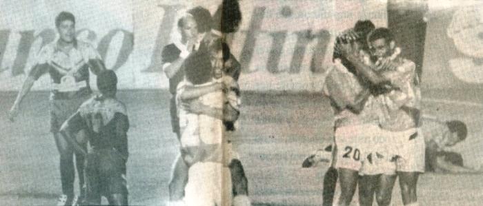 PICÓ EL ZANCUDO. Sobre el final de la primera mitad, Percy Olivares marcó el segundo tanto cervecero. En la foto, el 'Zancudo' se abraza con el 'Bimbo' Ávila, además se aprecia a Roberto Palacios abrazado con Julio Rivera. (Recorte: revista Estadio)
