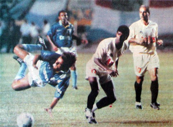 Muchas faltas recibió Julinho en el Perú, como esta el día de su debut en Cristal frente a Universitario en la Libertadores (Recorte: diario El Comercio)