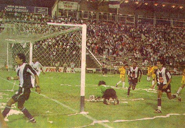 José Soto celebra el segundo tanto aliancista sobre Barcelona por la Libertadores 1994 (Foto: historiablanquiazul.wordpress.com)