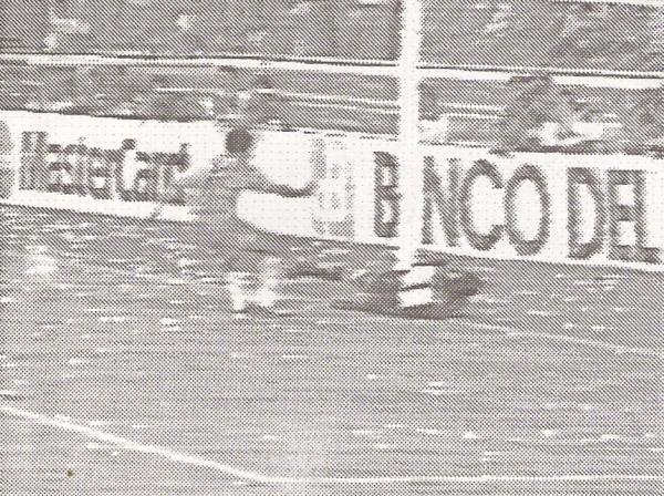 Morales anota ante el error del chileno Wirth, en cotejo en que Emelec vapuleó a Alianza Lima por 3-0, en la Libertadores 1994 (Captura: revista Estadio / Red Global)