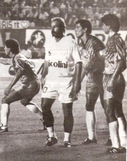 La desazón de Jorge Amado Nunes al no poder pasar del 0-0 ante el Barcelona de Guayaquil en la Libertadores 1994 (Recorte: revista Estadio)