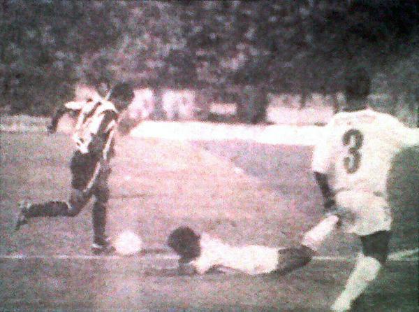 Waldir Sáenz inicia la acción personal que culminó con el segundo tanto aliancista, el que selló el 2-2 final ante los ecuatorianos (Recorte: diario El Bocón)