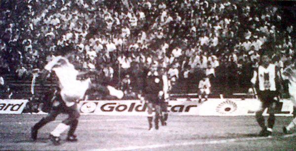 La pesadilla de Alianza esa noche se llamó Ángel Fernández, que tuvo a mal traer a todo el fondo íntimo. En la imagen se aprecia su gol, el segundo de Emelec (Recorte: diario El Bocón)