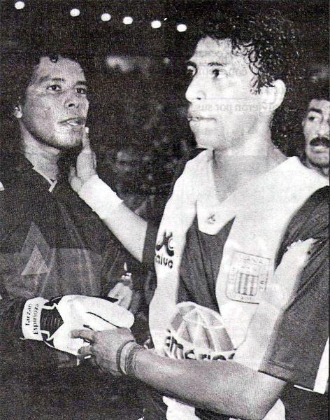 El saludo entre dos ex compañeros: Jacinto Espinoza y José Soto. Esa noche en Matute ambos destacaron en sus equipos (Recorte: revista Estadio)