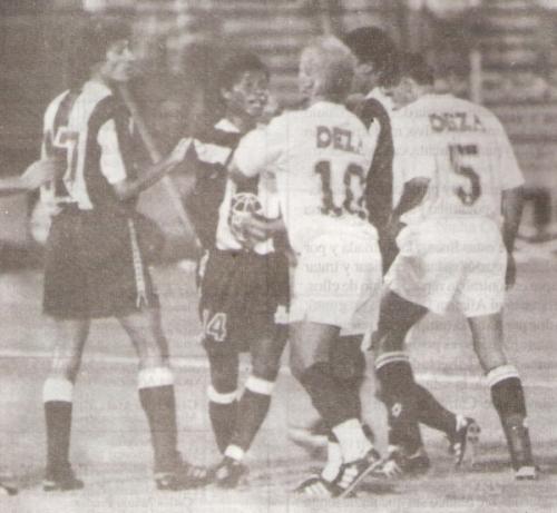 El argentino Rubén Tannucci y Juan Jayo discuten con Jorge Amado Nunes en el clásico de la Copa Libertadores de 1994. Fue victoria crema por 1-2. (Recorte: revista Estadio)