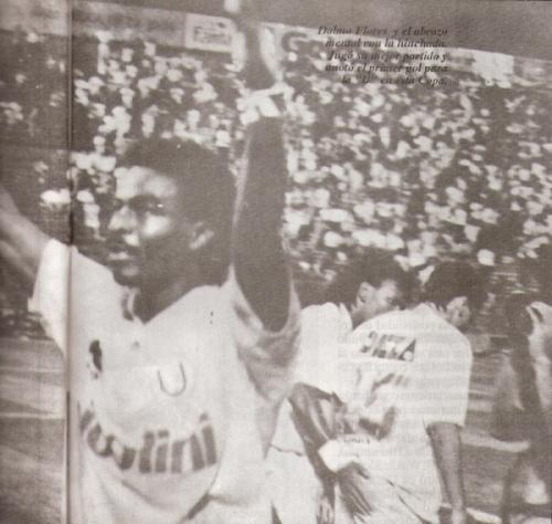 Dolmo y los brazos en alto para festejar el primer gol crema delante de Norte (Foto: revista Estadio)