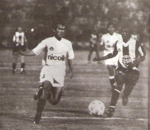 Reynoso va a la disputa del balón con Sáenz. El hoy técnico crema se lució aquella noche de 1994 en la zaga ante su ex club (Recorte: revista Estadio)