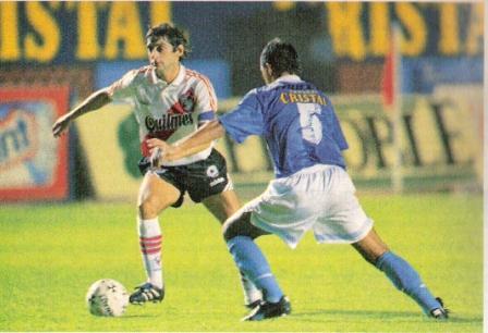 Enzo Francescoli encara a Estanislao Struway durante el partido que River perdió en Lima 2-1 ante Cristal por los octavos de final de la Libertadores 1996 (Foto: revista El Gráfico Argentina, Nº 3996 p. 108)