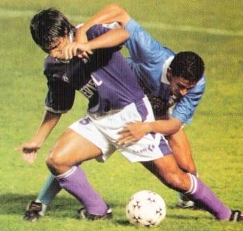 Defensor y Cristal frente a frente en 1996: ¿alguien duda que bailaron coordinadamente? (Foto: revista El Gráfico Perú, Nº 145 p. 17)