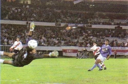 Ariel Ortega marca en el arco de Julio César Balerio al noche del 5-2 de River a Cristal por la Libertadores '96. Solano, quien antes había marcado de penal, no llega al cruce (Foto: revista El Gráfico Argentina)