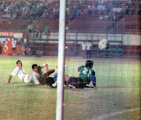 El balón va rumbo a las mallas del arco defendido, infructuosamente, por Oscar Ibáñez. Así fue el último gol de Roberto Palacios a un equipo peruano por un torneo internacional (Recorte: diario Ojo, suplemento Super Crack)