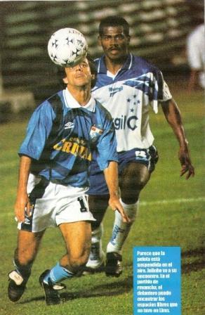 Julinho en acción durante el 0-0 de la final Cristal - Cruzeiro por la Libertadores '97, en el Nacional (Recorte: revista Once)