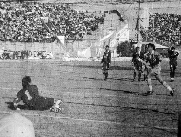 Eduardo Jiguchi ya batió de penal a Julio César Balerio en el primer gol de Bolívar frente a Cristal (Recorte: diario El Bocón)