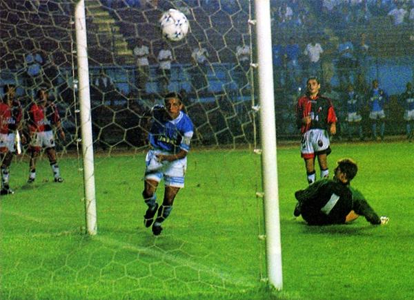 Jorge Soto anota el gol de Cristal en el empate 1-1 contra Colón de Santa Fe en la Libertadores de 1998 (Recorte: revista Don Balón Perú)